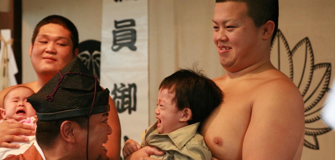 Le sumō des bébés en pleurs au Koyasu Jinja, Tokyo (article par amuzen)