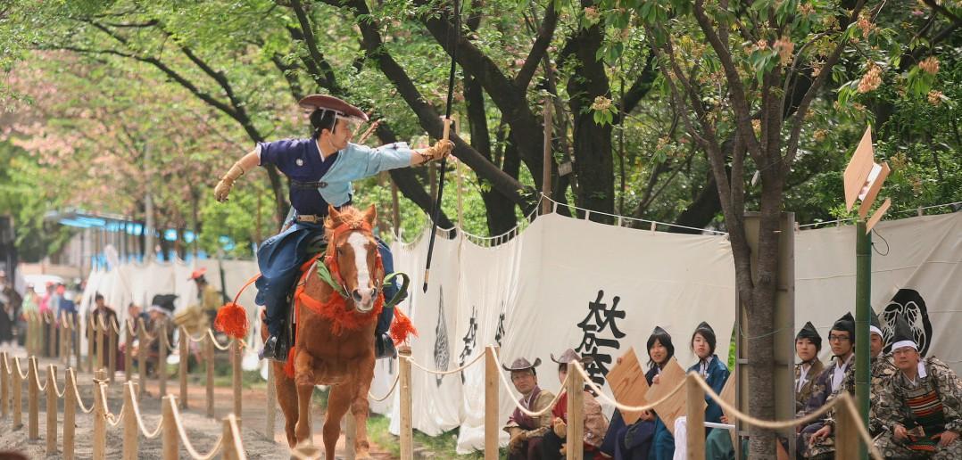 Tir à l'arc à cheval spectaculaire : Asakusa Yabusamé (article by amuzen)