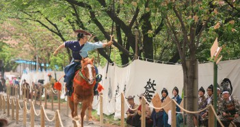 Tir à l'arc à cheval spectaculaire : Asakusa Yabusamé (article by amuzen)